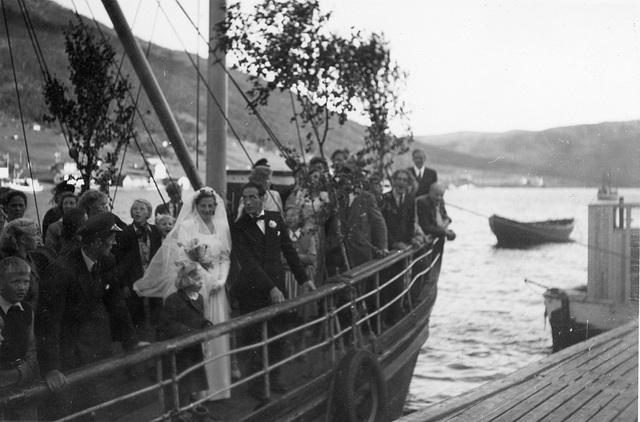 Brudeparet Hilma Svendsen og Signold Solem, med følge, ombord i  Saudafjord