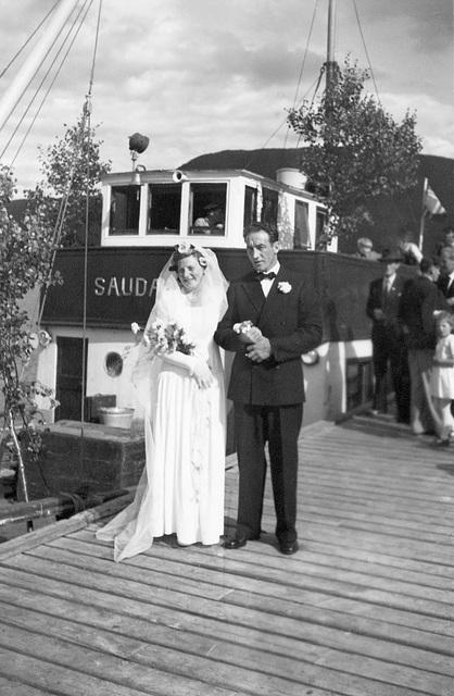 (109) Brudeparet Hilma (Svendsen) og Signold Solem, 16. august 1950, foran Saudafjord