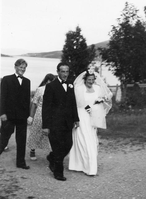 (134) Jens Bergum (bak) og brudeparet Hilma (Svendsen) og Signold Solem, 16. august 1950
