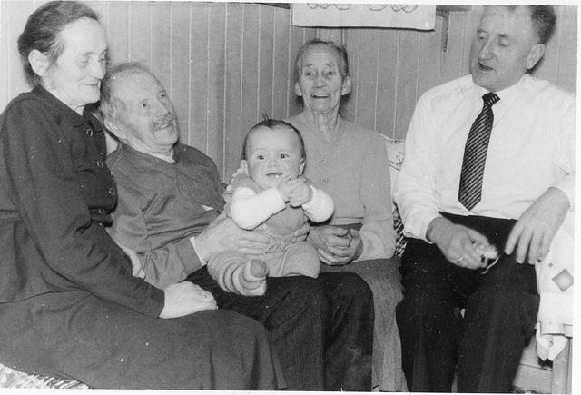 (139) Julen 1957 - Jenny Svendsen, Jens Johannessen, John Steinar Bergum, Elisabeth Marie Johannessen, Arnold Svendsen