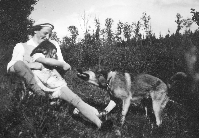 (151) Hilma (Svendsen) Solem, Wenche (Solem) Thorsrud og hunden Fauna