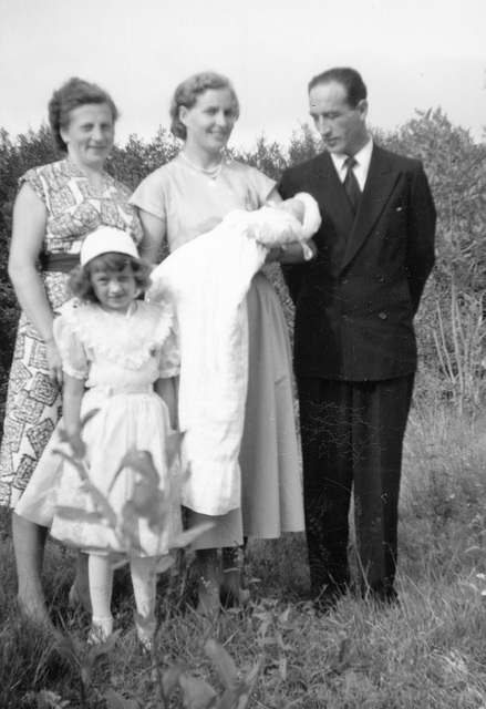 (164) Hilma (Svendsen) Solem, gudmor Jorunn (Isaksen) Espenes med dåpsbarnet Jan-Thore Solem, Signold Solem, Wenche (Solem) Thorsrud foran.