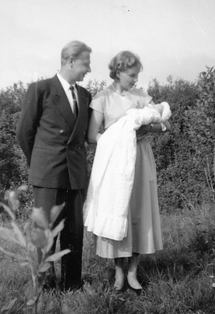 (165) Gudmor og gudfar Sigmund og Jorunn (Isaksen) Espenes, dåpsbarnet Jan-Thore Solem, 24. august 1958