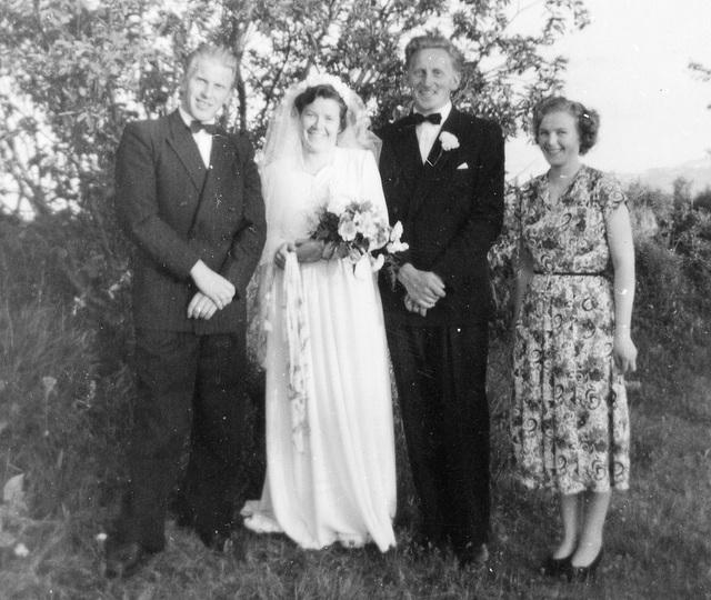 (175) Brudeparet Anna (Bakke) og Jens Bergum, med forloverne Kjell Olsen og Alice Moe