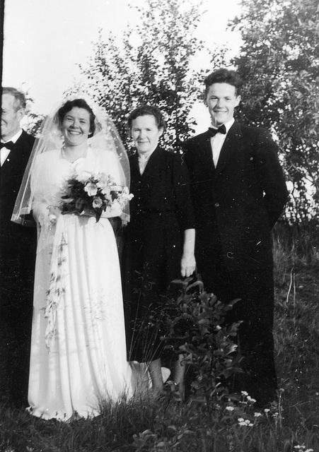 (179) Alfon Bakke, bruden Anna (Bakke) Bergum, Johanna Bakke og Steinar Bakke