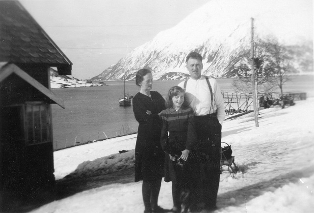 (185) Jenny og Arnold Svendsen, med Randi (Svendsen) Tryti og hunden Pink, på Bergum
