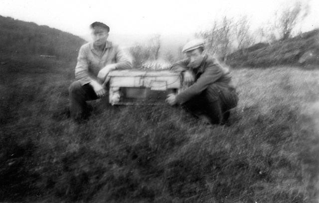 (189) Jakob Larsen og Signold Solem, 1945, radioen hentes frem etter krigen, ved Hamna.