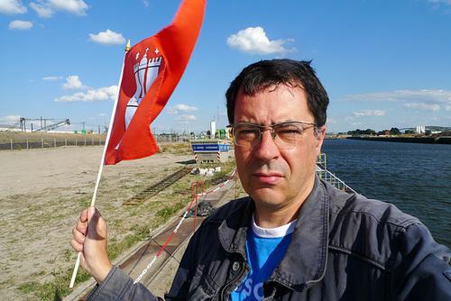 Selbst mit Fahne am Versmannkai Hamburg August 2013 --- selbst-fahne-1160902