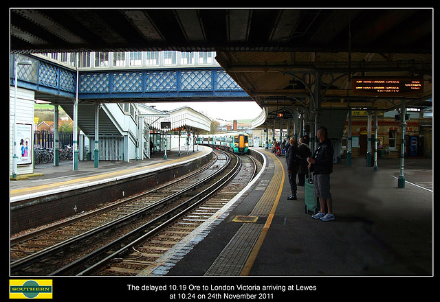 Lewes station at 10:24 on  24.11.2011