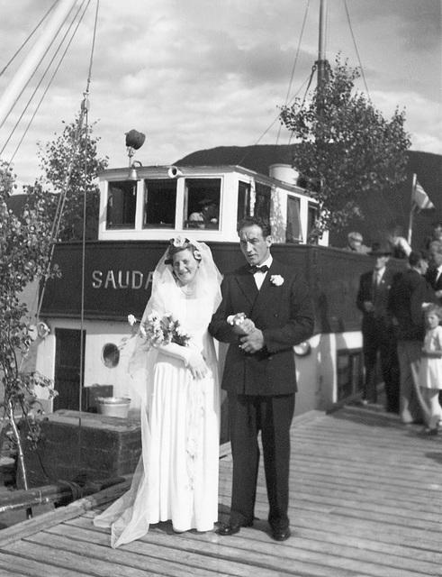 Brudeparet Hilma Svendsen og Signold Solem foran Saudafjord
