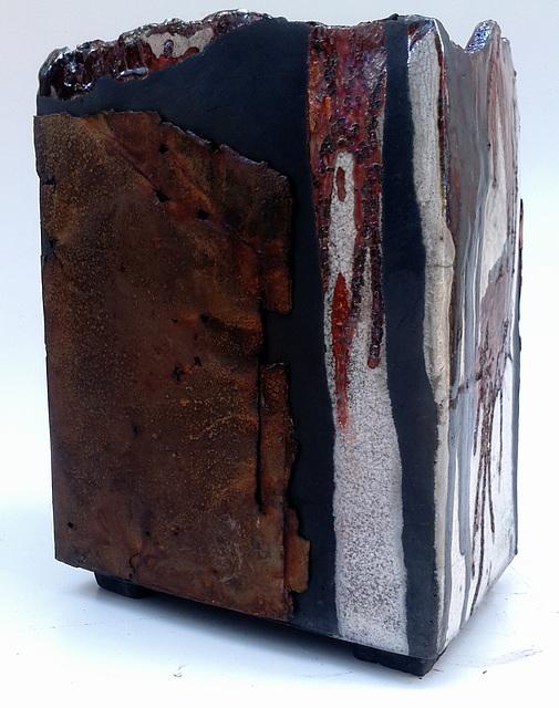 Pot Raku + divers oxydes+ plaque de rouille L 22 H 28 l17