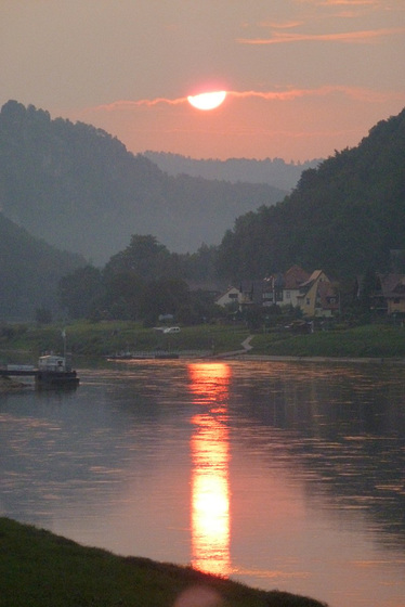 Sonnenaufgang über dem Elbtal - sunleviĝo sur la Elbvalo