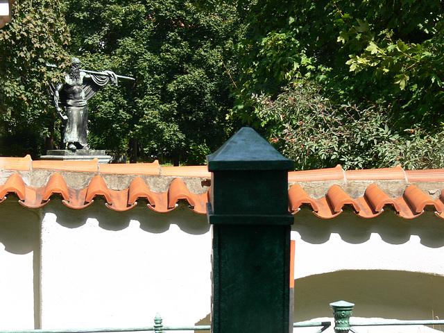 Blick zum Denkmal Schmied von Kochel