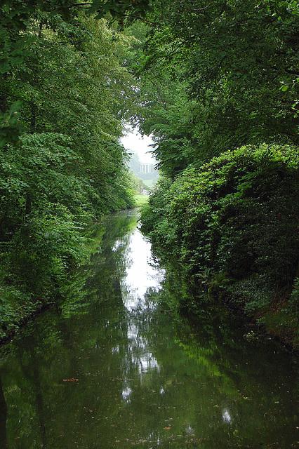 """Rigardo de la Wolf-ponto tra la """"Wolf-kanalo al la Venustemplo (Blick von der Wolfsbrücke durch den Wolfskanal zum Venustempel)"""