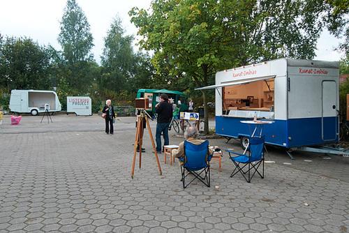 Auf dem Hof der Zinnwerke. Vorne der Kunst-Imbiss, im Hintergrund das Listening Project. ---- hof-1190765-co-14-09-14