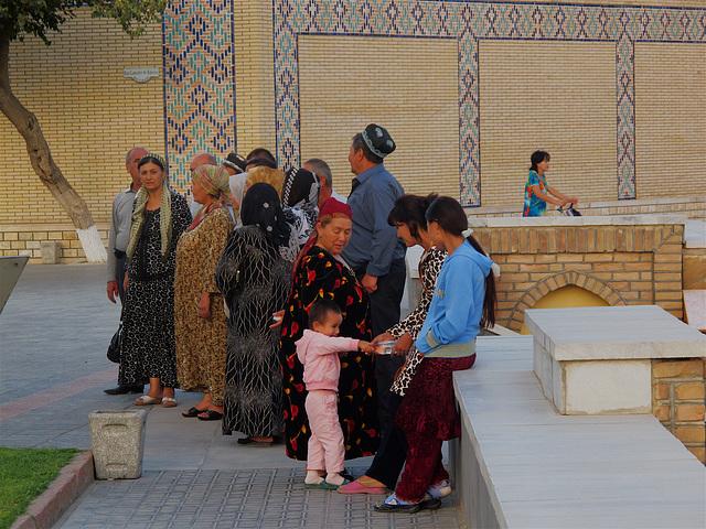 Foule ouzbèke au Bibi-Khanoum, l'enfant rose et la grand'mère