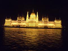 Belega konstruaĵo de hungara Parlamento