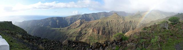 Schluchten und Bergkämme, die zur Küste führen. Leider steht wohl auch der Goldtopf am Ende des Regenbogens unten in einer Schlucht... ©UdoSm
