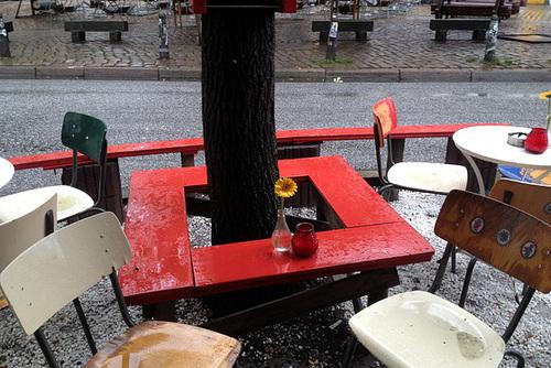 Tisch im Regen am Alma Wartenberg Platz --- regentisch 1032