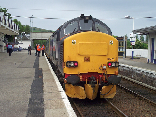 37 423 on the rear of 2Z02 at Dingwall
