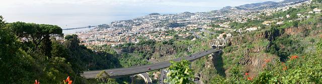 Madeira. Monte. Blick vom Botanischen Garten auf die Stadt Funchal. ©UdoSm