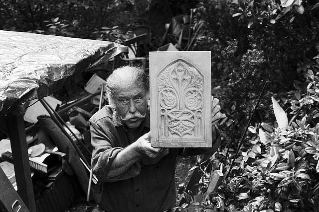 Klaus Burandt zeigt eine Tafel