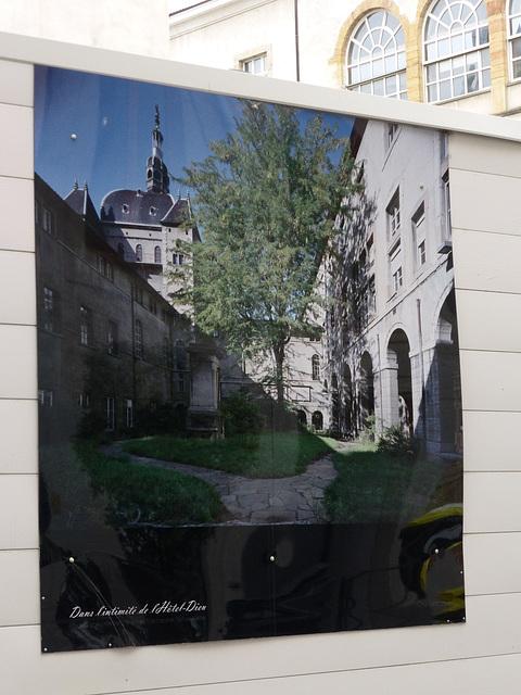 Une photo qui se trouve sur la palissade qui entoure l'hôtel Dieu, qui est fermé  à Lyon.