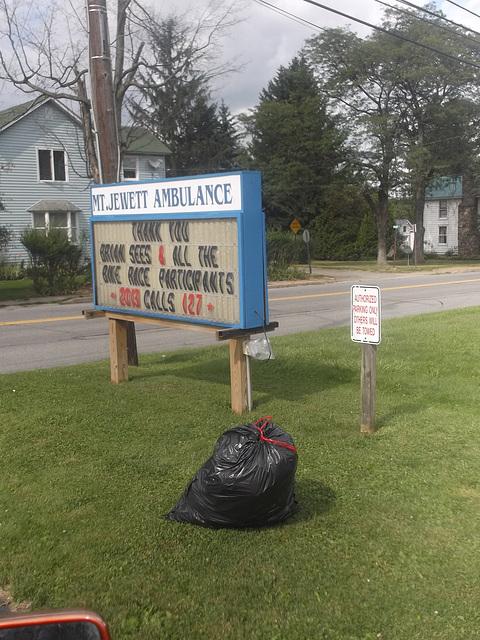 Ambulance et sac de déchet / Garbage bag & ambulance.