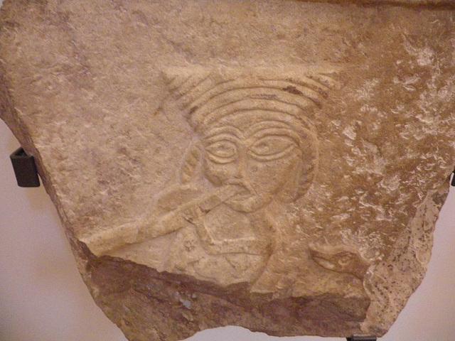 Musée national d'archéologie : personnage fumant le narguilé ?