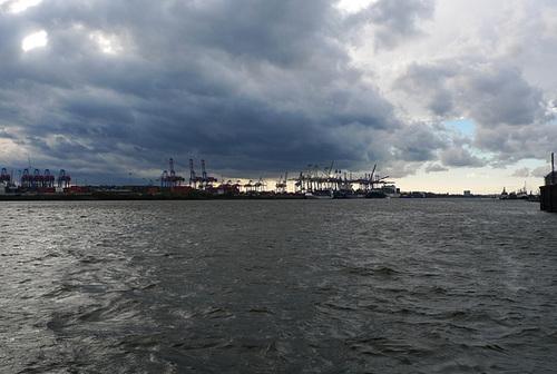 Aufgewühlte Elbe bei Altona --- elbe-1170478