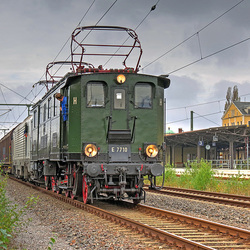 E77 10 (einzige erhaltene E77 der Deutschen Reichsbahn) als Vorspann am Papierzug im Bahnhof Freiberg