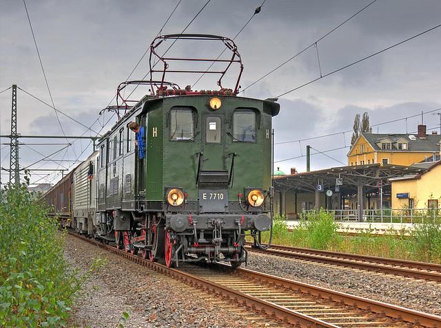 51 - (einzige erhaltene E77 der Deutschen Reichsbahn) E77 10 als Vorspann am Papierzug im Bahnhof Freiberg