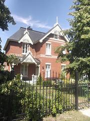 Ancienne résidence de luxe bien conservée / Luxurious house of yester years.