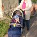 Donjo  (avino)  kun Pieter, kiu sidas en infanĉareto (Donjo mit Pieter, der im Kinderwagen sitzt)