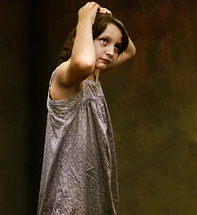 Jeune fille remettant sa barrette
