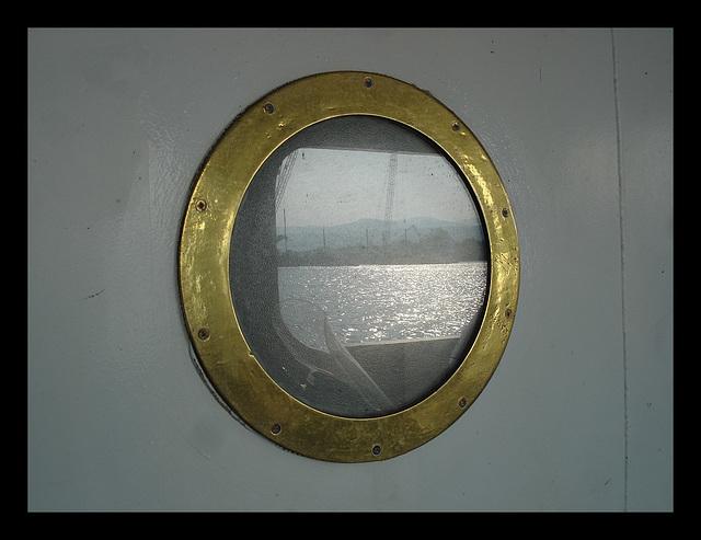Hublot doré de traversier / Golden ferry window