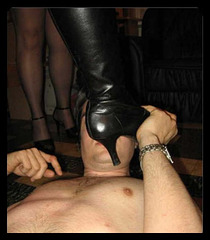 Maîtresse Candy et son soumis sous sa botte / Mistress Candy and her bootslave.