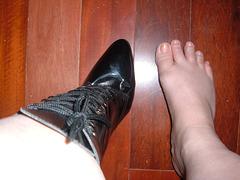 Lady Shoobedoo's high-heeled boots and her broken toe / Dame Shoobedoo en bottes à talons hauts et son orteil cassé.