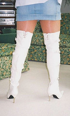 Carla !!!!   Cuissardes blanches et mini-jupe / Miniskirt & white thighboots.