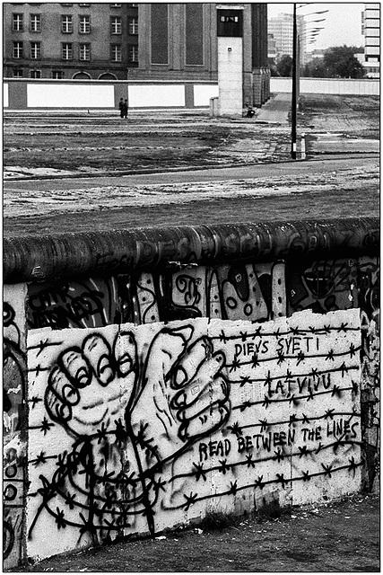 Noch nie ein Mauer gesehn ? Jamais vu un mur ?  Between the lines ....