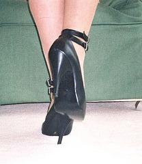 Carla !!!!   Her pumps back view /  Vue arrière sur ses escarpins divins......