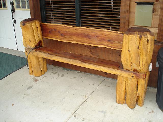 Woody bench / Banc boisé.