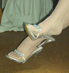 Carla dangling -  Elegant Peds nicely adorned / Pieds élégamment décorés.
