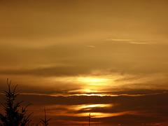 soleil couchant sur une mer de nuages
