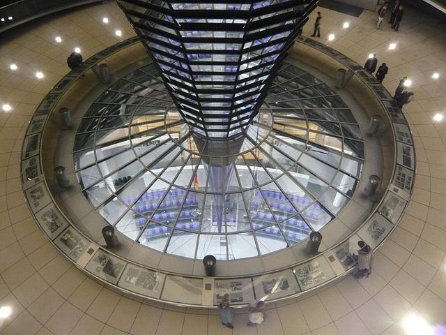 Blick von der Reichstagskuppel in den Plenarsaal