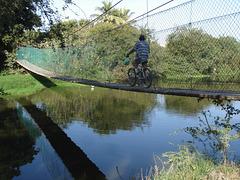 Cycliste en suspension / Biking over the river.