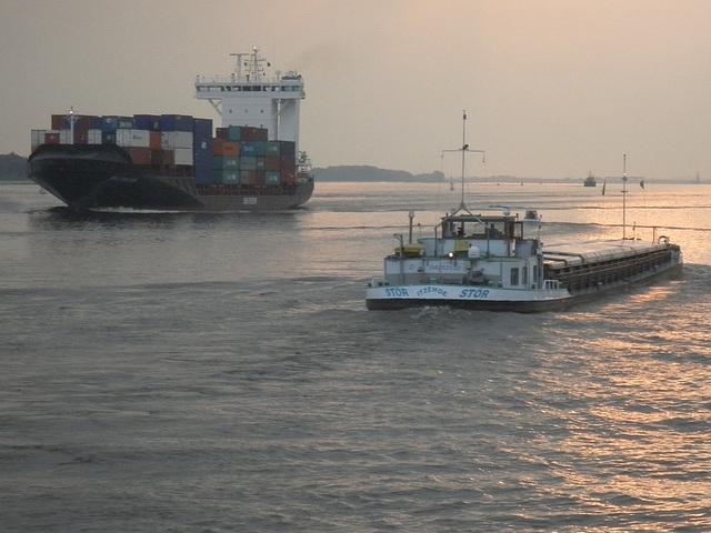 Feeder-Containerschiff und Binnenschiff auf der Elbe