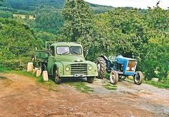 Citrën U23 et Tracteur Ford, causerie entre papys
