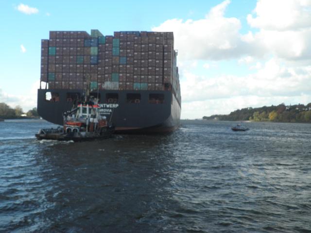 Heckschlepper bei Containerschiff  ZIM ANTWERP