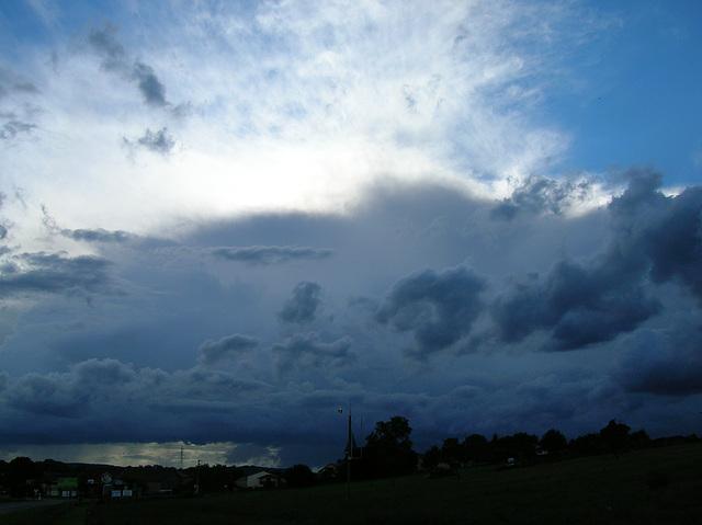 ciel moitié bleu ; moitié très nuageux